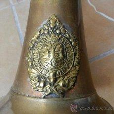 Antigüedades: ORIGINAL Y PRECIOSA LÁMPARA BRONCE REALIZADA A PARTIR DE CORNETA MILITAR DE LOS ARGYLL SUTHERLAND,UK. Lote 123033510