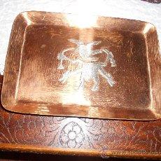 Antigüedades: BAMDEJA DE COBRE CON UN RELIEVE PLATEADO . Lote 31828316