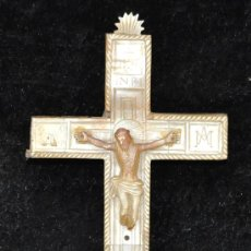 Antigüedades: PRECIOSA CRUZ DE VIA CRUCIS DE MADERA Y REVESTIDA DE NACAR DEL SIGLO XIX. Lote 31956450