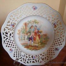 Antigüedades: BELLEZA ROMANTICA. PLATO GRANDISIMO CALADO. ELEGANTE PAREJA EN JARDIN. BAVARIA. SCHUMANN. Lote 31923732