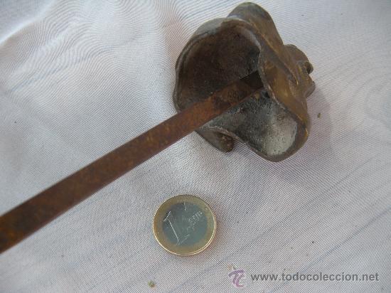 Antigüedades: ANTIGUA CABEZA DE PERRO EN BRONCE. CLAVO PASADOR. S. XIX - Foto 2 - 31945553