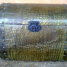 Antigüedades: ANTIGUO BAUL FORRADO CON CHAPA REPUJADA.. Lote 31956468