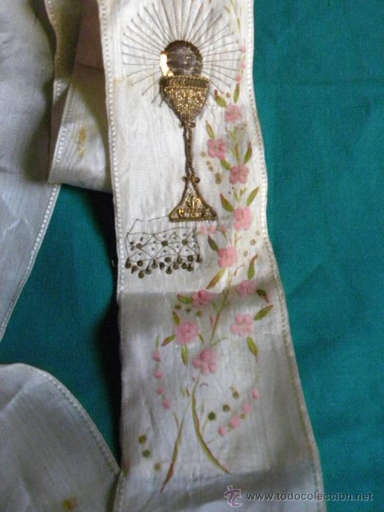 ESTOLA ( NO LAZO ) PRIMERA COMUNION BORDADO EN HILO DE ORO UN CALIZ Y PINTURA FLORES Y CRUZ (Antigüedades - Religiosas - Ornamentos Antiguos)