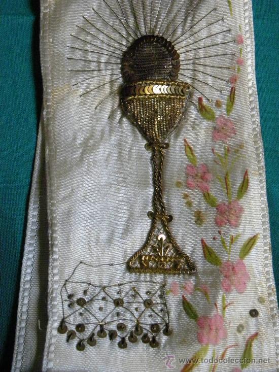 Antigüedades: Estola ( no lazo ) primera comunion bordado en hilo de oro un caliz y pintura flores y cruz - Foto 2 - 87097659