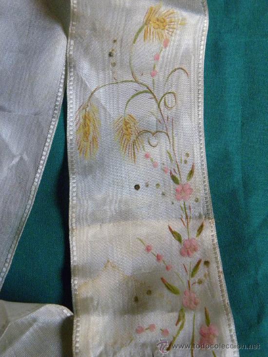 Antigüedades: Estola ( no lazo ) primera comunion bordado en hilo de oro un caliz y pintura flores y cruz - Foto 3 - 87097659