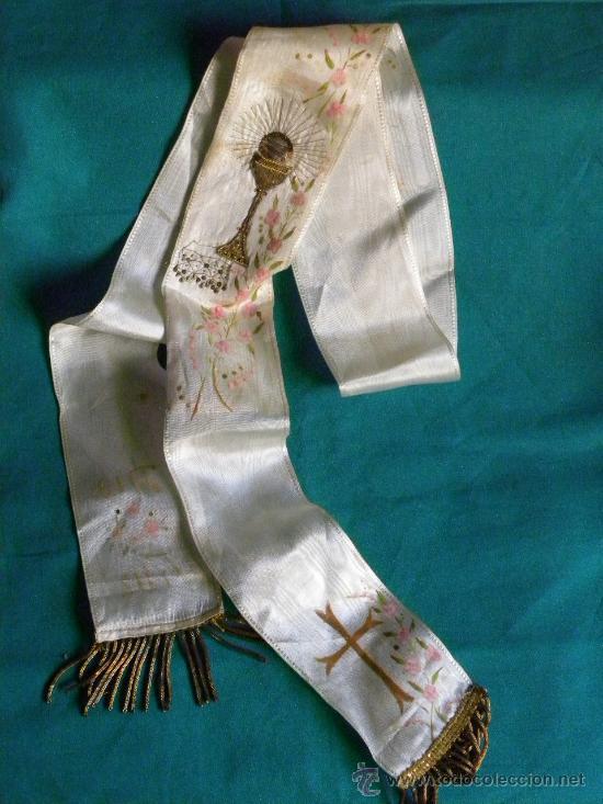 Antigüedades: Estola ( no lazo ) primera comunion bordado en hilo de oro un caliz y pintura flores y cruz - Foto 5 - 87097659