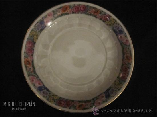 PLATO DE PORCELANA PINTADA CON MOTIVOS FLORALES (Antigüedades - Porcelanas y Cerámicas - Otras)