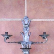 Antigüedades: APLIQUE DE FORJA DE TRES LUCES - 40 CM DE ALTURA X 39 CM DE ANCHO X 14 CM DE FONDO. Lote 32035648