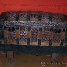 Antigüedades: BAUL DE MADERA FORRADO DE HOJALATA CON PATAS GAJADAS , TERMINADO EN CERA. Lote 32105849