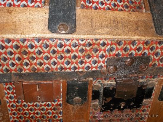 Antigüedades: BAUL DE MADERA FORRADO DE HOJALATA CON PATAS GAJADAS , TERMINADO EN CERA - Foto 4 - 32105849