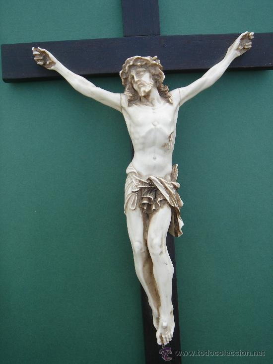 d833cfab9c1 Crucificado en hueso sobre cruz madera ebonizada (s. Xix). Escuela  sevillana.
