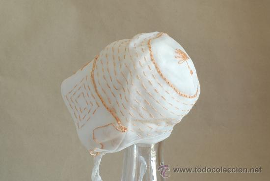 Antigüedades: Sombrero antiguo de niña sin estrenar. Tela de organza o tul, con bordados en color salmón. Años 20. - Foto 2 - 32370385
