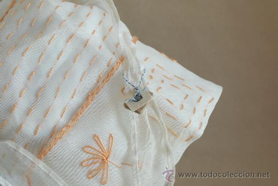 Antigüedades: Sombrero antiguo de niña sin estrenar. Tela de organza o tul, con bordados en color salmón. Años 20. - Foto 3 - 32370385