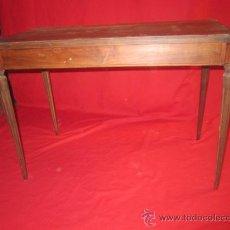 Antigüedades - Mesa baja de madera con bonita forma en las patas y en el tablero, para restaurar. - 32210857