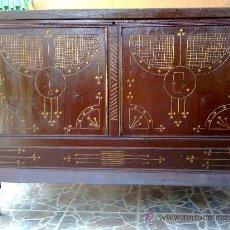 Antigüedades: ANTIGUA ARCA EN MADERA CON PRECIOSO TALLADO.. Lote 32211503