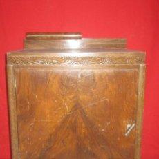 Antigüedades: PAREJA DE MESILLAS MODERNISTAS CHAPADAS EN RAIZ DE NOGAL. GRECA CON FLORES.. Lote 25965316