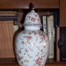 Antigüedades: GRAN JARRON DE PORCELANA DECORADA, CON BASE DE PLATA. 38 CM.. Lote 32454707