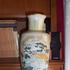 Antigüedades: JARRON DE PORCELANA CON DECORACION ORIENTAL. SIN MARCAS. 35 CM. SIN MARCAS.. Lote 173187153