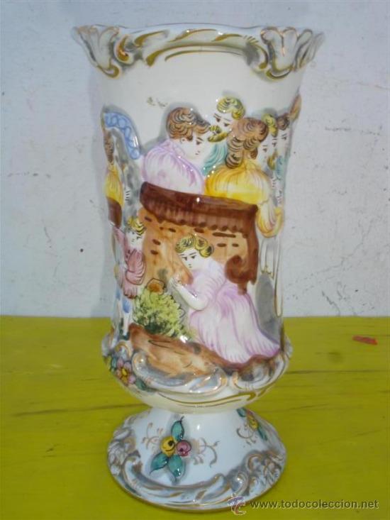 JARRON DE CERAMICA CON FIGURAS (Antigüedades - Hogar y Decoración - Jarrones Antiguos)