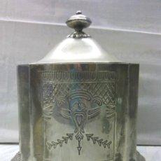 Antigüedades: RECIPIENTE METALICO CON TAPA. COLOR PLATA. FORRO INTERIOR TERCIOPELO ROJO. RELIEVES Y GRABADOS.. Lote 32613052