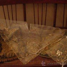 Antigüedades: DELICADO CONJUNTO DE MANTELETA Y DELANTAL ANTIGUO-BORDADO SOBRE TUL-INFANTIL. Lote 32561500