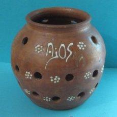 Antigüedades: VASIJA DE CERÁMICA PARA CONSERVAR AJOS. DECORACIÓN CON ENGOBE. ALTURA 14 CM. Lote 32617466