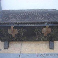 Antigüedades: ARCON DE MADERA Y CUERO ANTIGUO. Lote 32634446