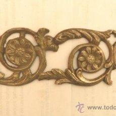 Antigüedades: ADORNO DE METAL PARA MUEBLE O COMODA - MEDIDA 17X7 CM. Lote 32644474