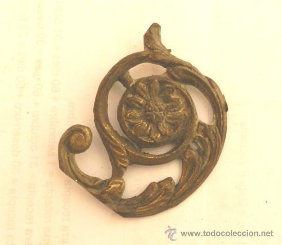 ADORNO DE METAL PARA MUEBLE O COMODA - MEDIDA 8X7 CM (Antigüedades - Muebles Antiguos - Auxiliares Antiguos)