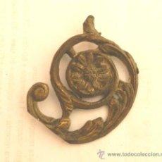 Antigüedades: ADORNO DE METAL PARA MUEBLE O COMODA - MEDIDA 8X7 CM. Lote 32644500