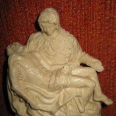 Antigüedades: REPRODUCCIÓN EN MINIATURA DE LA FIGURA LA PIEDAD DE MIGUEL ÁNGEL, EN MARMOLINA. TRAÍDA DE ROMA. . Lote 35878613