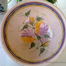 antigua fuente con decoracion floral