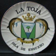 Antigüedades: PLATO ISLA DE LA TOJA GALICIA - ESCUDO CON DELFINES - PORCELANA SELLO CD. Lote 32725076