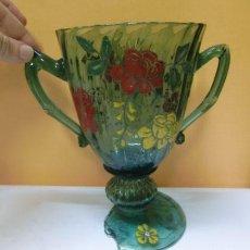 Antigüedades: JARRÓN DE CRITAL VERDE PINTADO. FIRMADO GORDIOLA (MALLORCA). Lote 32729005