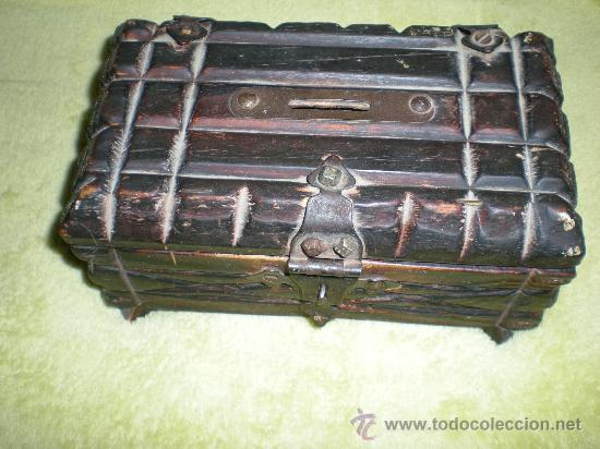 ANTIGUO COFRE HUCHA DE MADERA Y FORJAS MIDE 20,5 CMTRS DE LARGO X 12,5 ANCH X 10 CMTRS DE ALTO (Antigüedades - Hogar y Decoración - Otros)