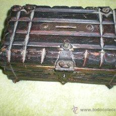 Antigüedades: ANTIGUO COFRE HUCHA DE MADERA Y FORJAS MIDE 20,5 CMTRS DE LARGO X 12,5 ANCH X 10 CMTRS DE ALTO. Lote 32775131