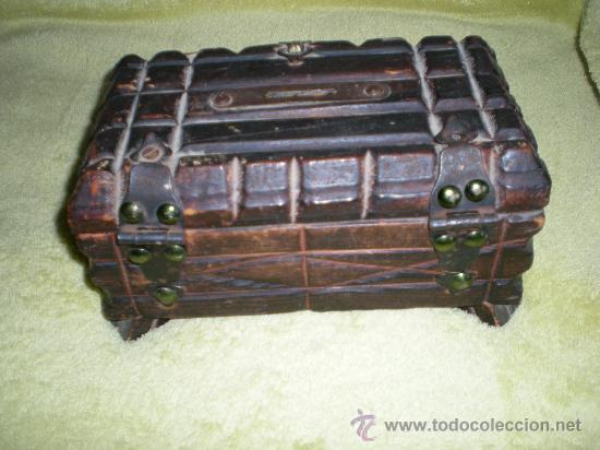 Antigüedades: antiguo cofre hucha de madera y forjas mide 20,5 cmtrs de largo x 12,5 anch x 10 cmtrs de alto - Foto 2 - 32775131