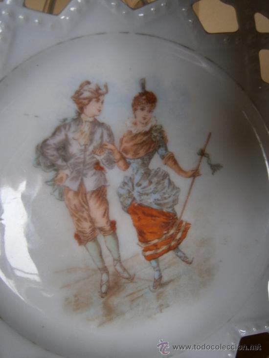 Antigüedades: QUE BELLEZA DE PLATO CALADO. ANTIGUO. PAREJA BAILANDO MINUE. PINTADO A MANO. PORCELANA BOHEMIA. 1900 - Foto 3 - 32789034