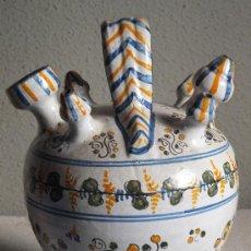 Antigüedades: BOTIJO DE ENGAÑO ,TALAVERA ALFAR DE SASO CON DECORACION DE FLORES Y BANDAS DE HOJAS. Lote 32798354