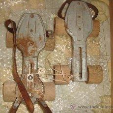 Antigüedades: ANTIGUOS PATINES CON RUEDAS DE MADERA / AÑOS 50-40. Lote 32799239