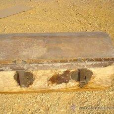 Antigüedades: ARCON DE MADERA Y PIEL DE VACA. Lote 32816268