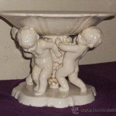 Antigüedades: ANTIGUO FRUTERO DE PORCELANA CON TRES ANGELITOS ART, DECO . Lote 32828399