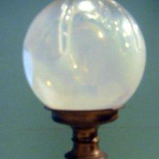 Antigüedades: ANTIGUA LAMPARA EN LATON DE MESITA. FUNCIONA. CON TULIPA REDONDA DE CRISTLA MUY FINO.. Lote 32843617