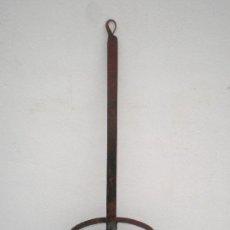 Antigüedades: SARTEN GACHAMIGUERA DE FORJA, 62 CM. ALTURA. 23 CM. DIÁMETRO, AÑOS 40-50, PARA COCINAR DIRECTAMENTE . Lote 32844625