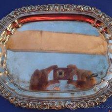 Antigüedades: BANDEJA PLATEDA CON MOTIVOS EXTERIORES DE 31 CM. POR 24CM.. Lote 32866196