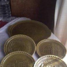 Antigüedades: JUEGO DE 4 PLATOS Y 1 FUENTE EN VERDE OLIVA CON DIBUJOS EN RELIEVE MARCA GIEN FRANCE. Lote 32954497