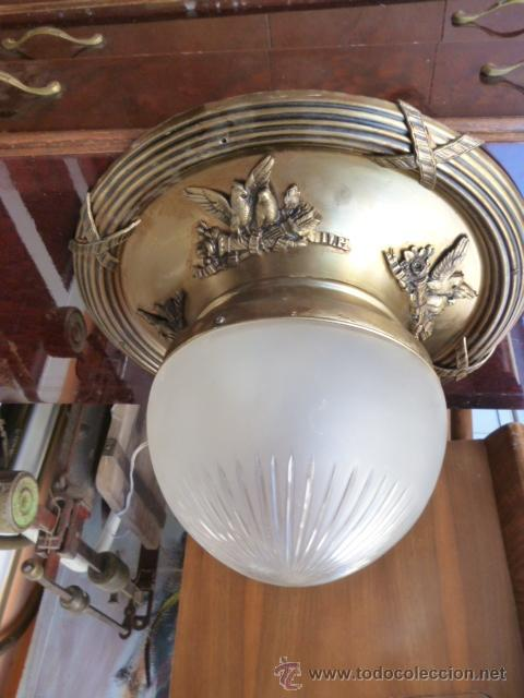 PLAFÓN DE TECHO CON GLOBO ESTRIADO (Antigüedades - Iluminación - Otros)