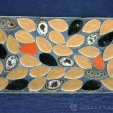 Antigüedades: TARJETERO AÑOS 50 HOJAS DE CERAMICA ADERIDAS A BANDEJA METALICA 13 X 8,5 CM 103 GRAMOS. Lote 33031069