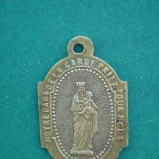 Antigüedades: MEDALLA RELIGIOSA ANTIGÜA EN BRONCE -NOTRE DAME DE LA CARDE-, ESCRITA EN LATÍN. DIM.- 2X1,3 CMS.. Lote 33136800