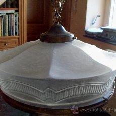Antigüedades: LAMPARA MODERNISTA FRANCESA CON PANTALLA DE CRISTAL ESMERILADO Y DIBUJOS EN RELIEVE. Lote 33210706